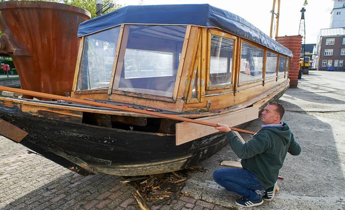 Martijn Dickerscheid knapt een punter op, om rondvaarten te verzorgen.