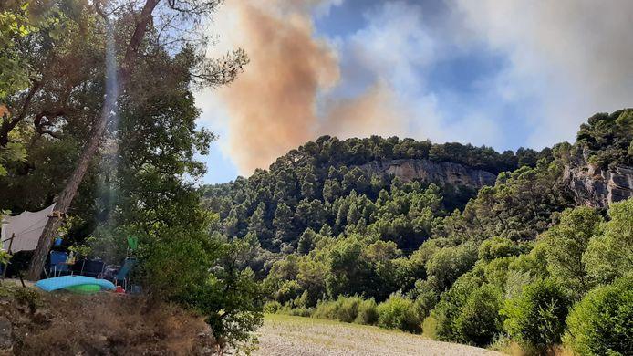 Dreigende rookwolk boven camping Les Trois Rivieres in de Franse Provence.