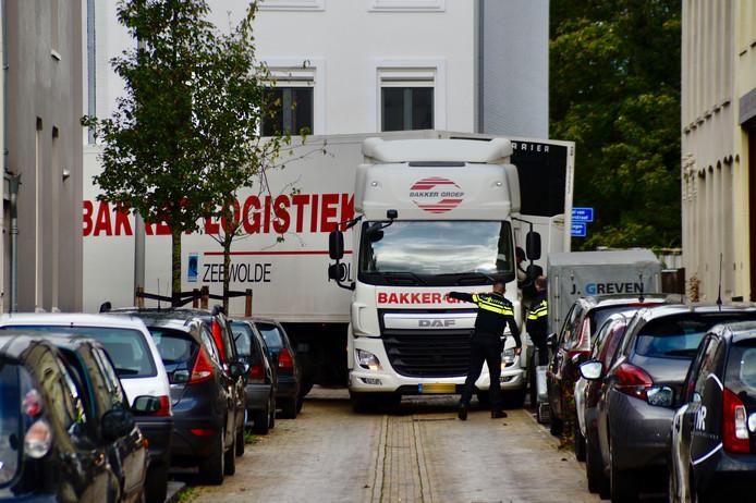Ook de politie helpt de chauffeur in Arnhem om uit de wijk weg te komen.