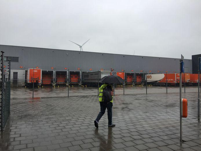 Opleggers van vrachtwagens staan woensdagochtend bij TNT bij de terminal.