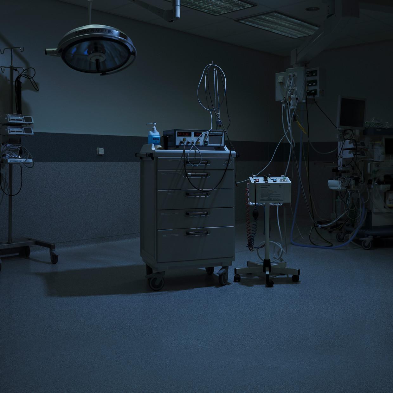 Ect-apparatuur op de operatiekamer in het LUMC, toelichting door psychiater Martijn van Noorden: 'Je ziet uitgelicht het karretje met daarop het rechthoekige ect-apparaat. De snoeren zijn voor respectievelijk het EEG (hersenfilmpje) en voor het aansluiten van de elektroden die op het hoofd worden geplaatst. Naast het ect-karretje staat (op standaard) de bloedleegteband. Deze wordt aangebracht om een arm of been, en opgeblazen nadat de patiënt in slaap is gemaakt door de anesthesist, en vóórdat de spierverslapper wordt toegediend. Dat maakt het insult zichtbaar bij die extremiteit, terwijl de rest van het lichaam is verslapt.'