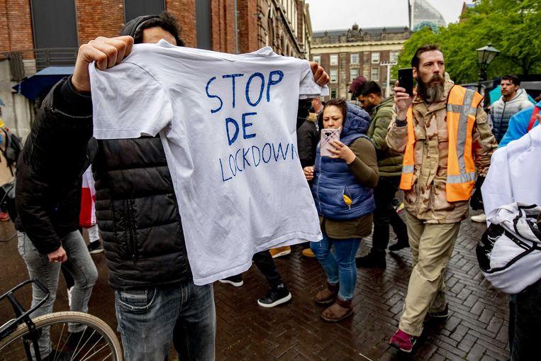 Deelnemers aan een demonstratie tegen onder meer 5G-masten, inperking van bewegingsvrijheid en privacy en tegen de 'kapotgemaakte economie', dinsdag op het Plein.  Beeld ANP - Niels Wenstedt