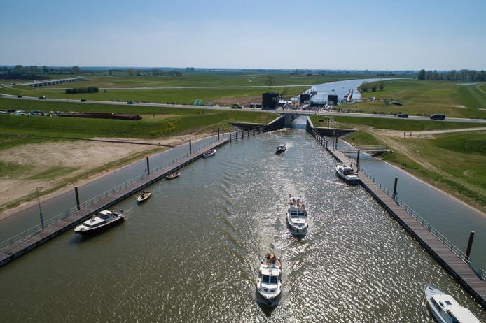 Grote drukte tijdens het eerste Reevediep op tweede paasdag. Inwoners van Kampen en omgeving grepen massaal de kans aan om de nieuw aangelegde hoogwatergeul (Reevediep) in al zijn facetten te verkennen.