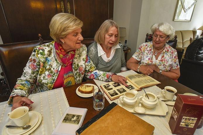 De zussen Francine Smits (l) en Annie van Kerckhoven (r) met in het midden de Oostenrijkse Sissy Kaltenbacher.
