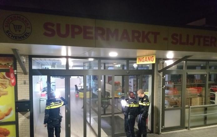 Politie afgelopen nacht bij de supermarkt aan de IJsselstraat