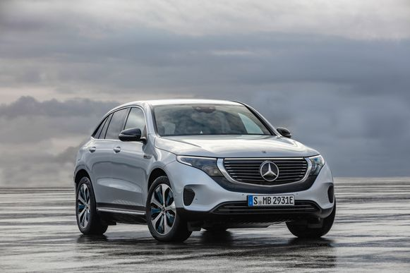 Mercedes geeft zijn EQC-lijn een nieuw familiegezicht. De ster in de grille is verlicht.