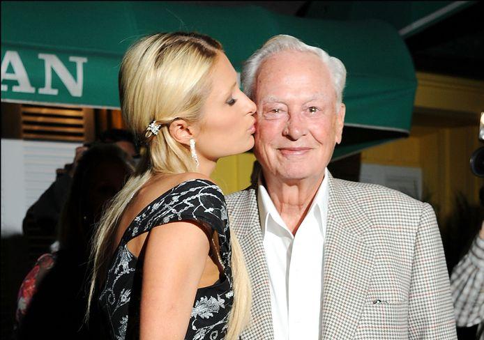William Barron Hilton en zijn kleindochter Paris Hilton op archiefbeeld uit 2010.