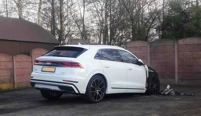 De Audi Q8 die uitbrandde op het woonwagenkamp tegenover de villa's.