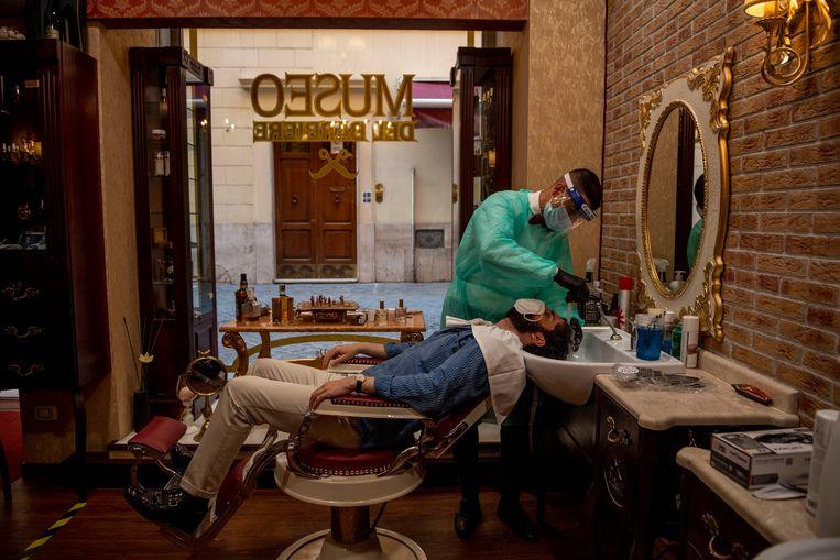 Ook de kappers mogen weer aan het werk in Italië. Beeld Getty Images