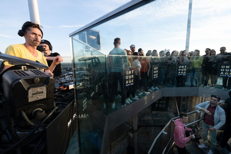 Mechels DJ Nico Morano speelt 4 uur lang plaatsjes voor 90 gelukkigen bovenop de Sint-Romboutstoren.