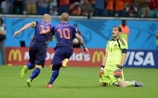 Oranje scoort weer tegen Spanje. Iker Casillas kan het niet geloven.