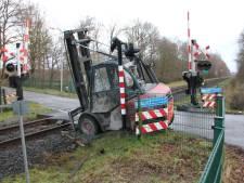 Aanrijding heftruck op spoorwegovergang legt treinverkeer tussen Lochem en Goor stil