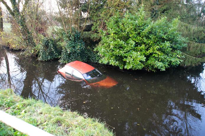 Een auto raakte maandagochtend na een gladde bocht te water langs de Polderweg West in Molenaarsgraaf.
