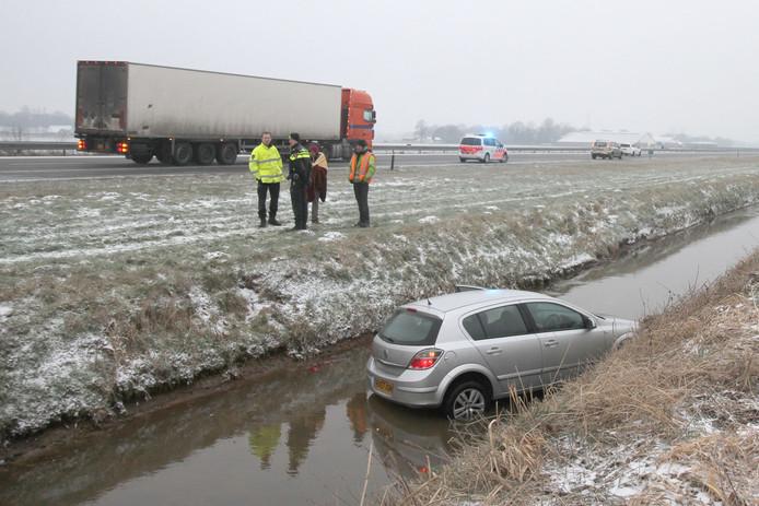Auto raakt door de ijzel van de weg op de A67 bij Asten, er zijn geen gewonden gevallen