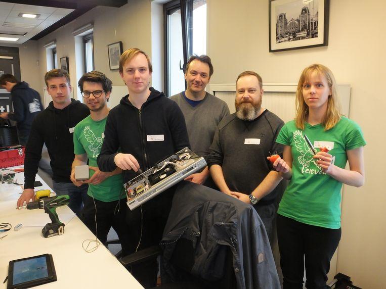 Archiefbeeld: enkele vrijwilligers van het Repair Café in het Belga Business Center.