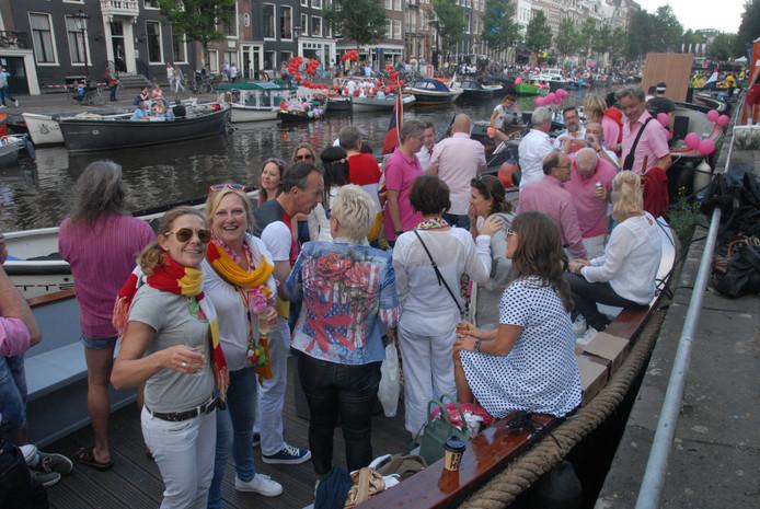 De Oeteldonkers waren al vroeg op de Oeteldonkse sloep aanwezig, lang vóórdat de Canal Parade begon.