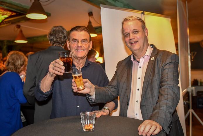 Nieuw Elan-wethouder Gerard van As (l) en fractievoorzitter André de Jeu (Nieuw Elan) vieren de verkiezingszege in maart vorig jaar.