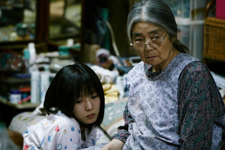 Oma en dochter in het gezin in Shoplifters, waarin de familiebanden niet erg duidelijk zijn. Beeld eenmalig K2 - filmbeeld