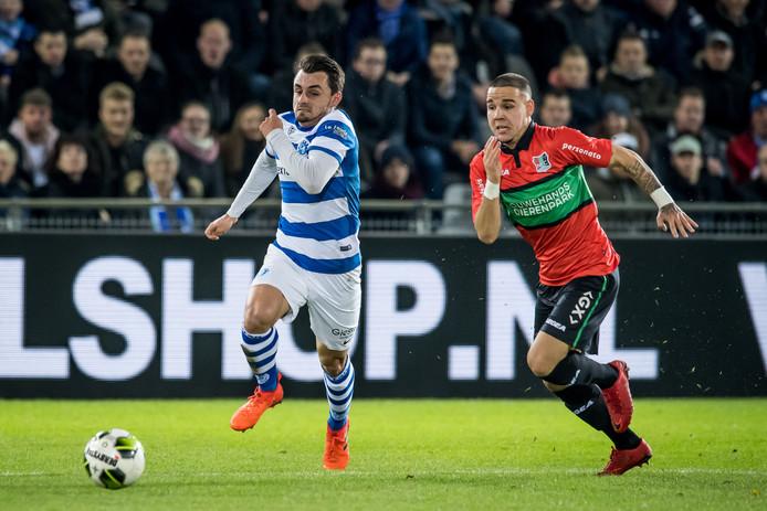 Daryl van Mieghem van De Graafschap in duel met NEC'er Calvin Verdonk.