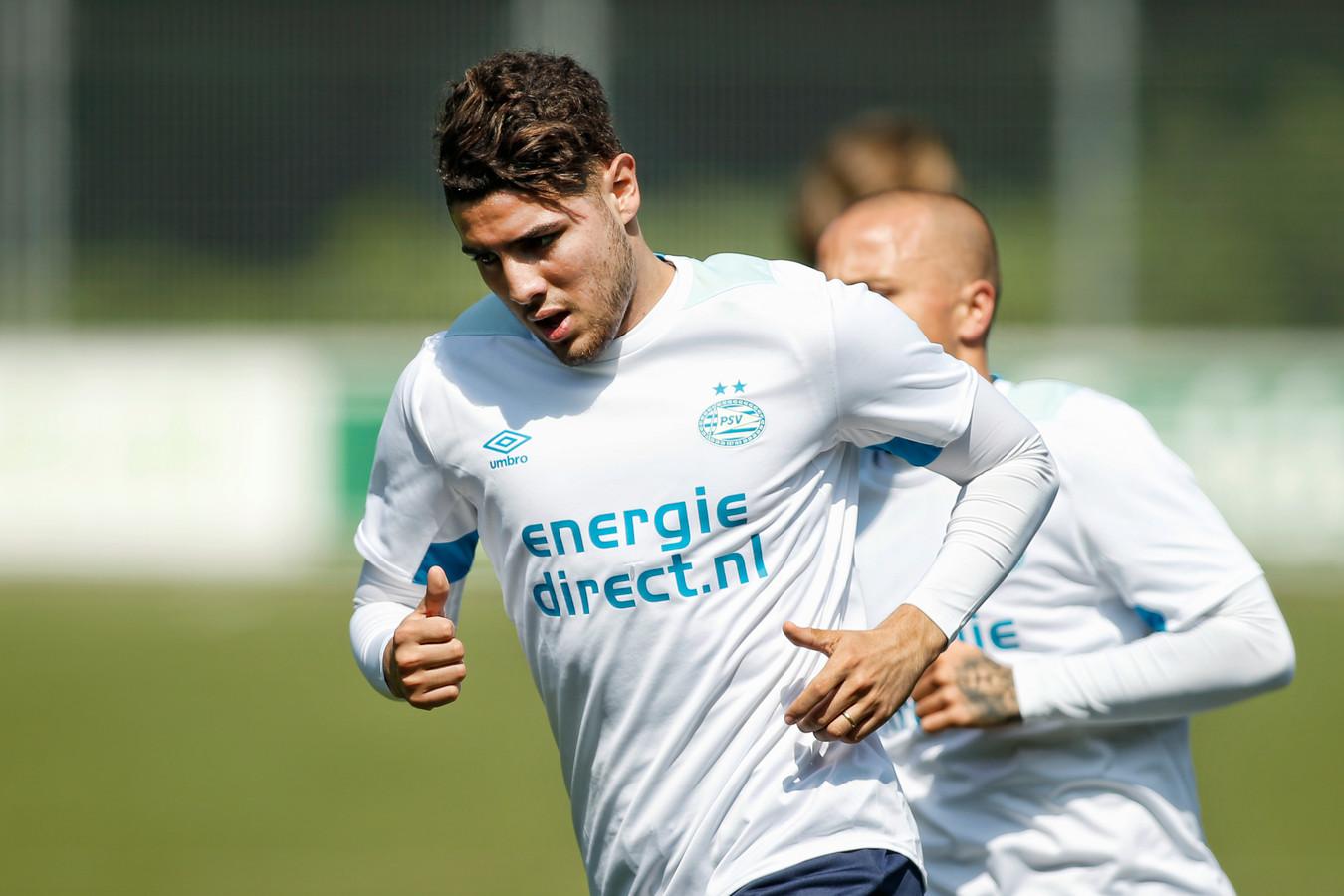Maxi Romero tijdens de eerste training van PSV. Angeliño volgt hem.