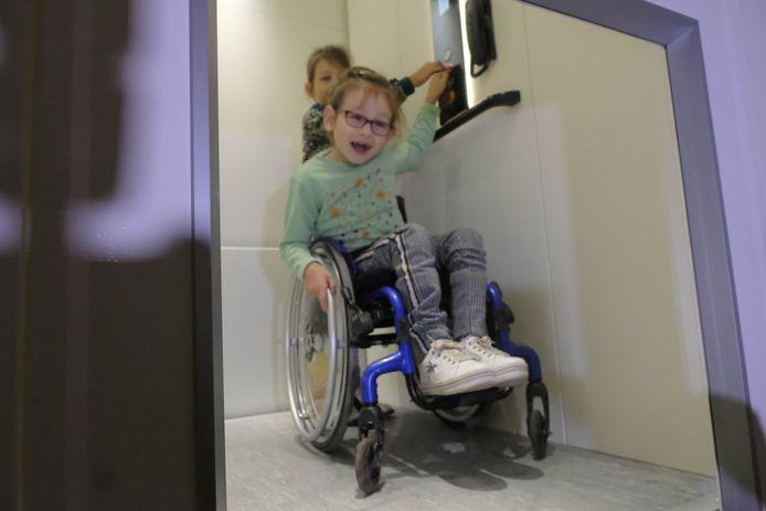 Annalina Vandenborn test de lift uit samen met haar tweelingzus Liselotte.