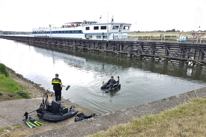 Bij de stuw van Driel, aan de kant van Doorwerth, is een auto te water geraakt.