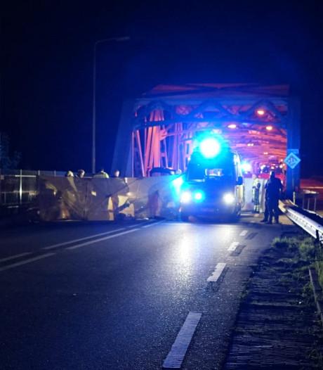 Motorrijder na botsing 40 meter meegesleept onder auto