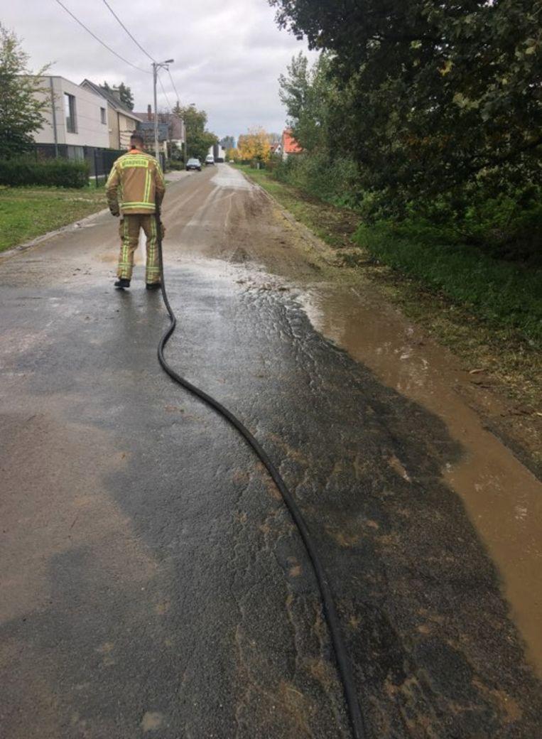 Rond 13  uur werd de brandweer opgeroepen voor heel wat modder op de weg.