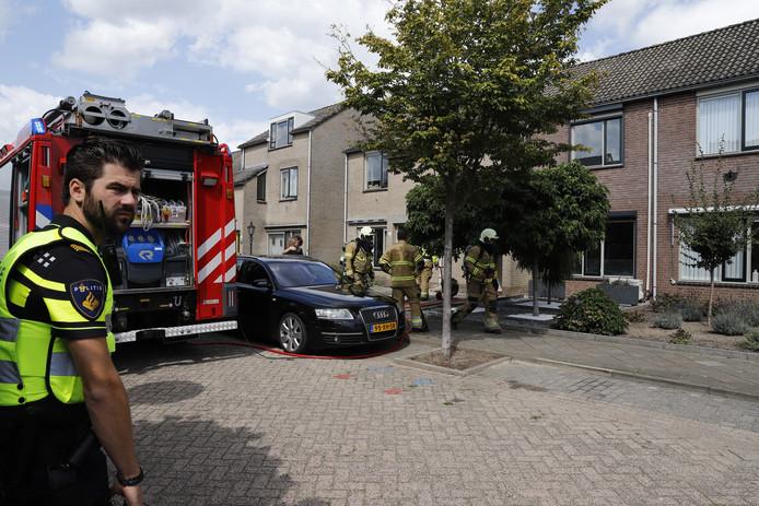 Brandweer bij de woning in Boxmeer waar maandagmiddag een zolderbrand woedde.