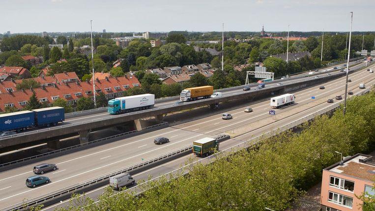 De Rotterdamse wijk Overschie langs de A13 is een van de plekken waar de Europese normen voor luchtkwaliteit eerder flink werden overschreden Beeld Martijn Beekman