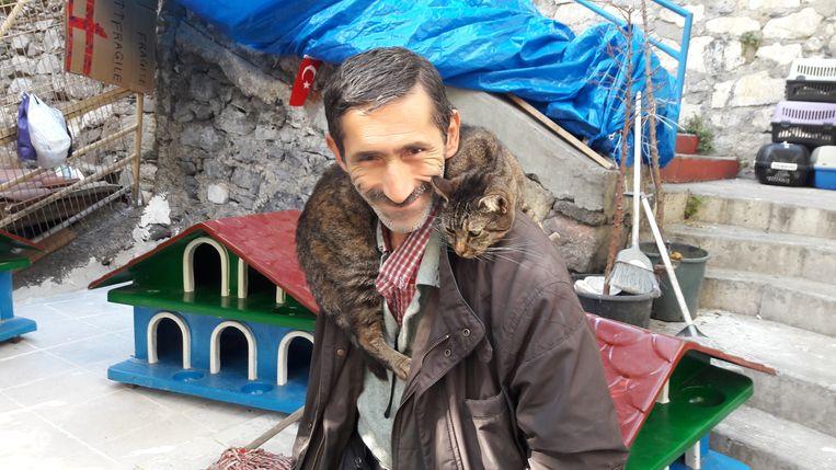 Ali Tural verzorgt al jaren de zwerfkatten in zijn buurt in Istanbul en bouwde een opvanghuis voor ze. Door de epidemie vinden ze nu nog moeilijker voedsel op straat.   Beeld Rob Vreeken