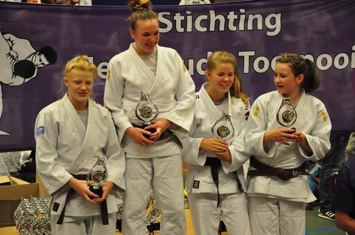 Vijf medailles voor Judoteam Bijsterbosch. Bente Bente Egeter (links) won zilver in haar klasse