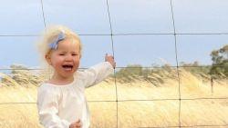 Deze kleine meid ontsnapt aan dodelijk gevaar, maar ziet u waarom?
