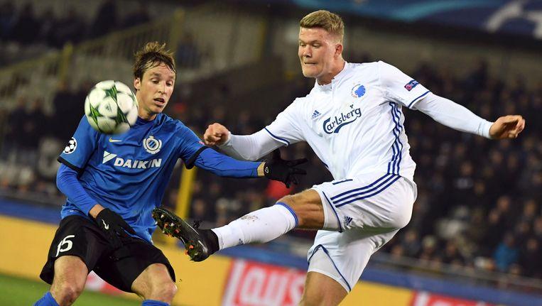 Andreas Cornelius (rechts) in actie tegen Club Brugge en Tomas Pina in de Champions League.