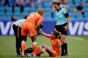 De Braziliaanse arbiter Edina Batista checkt hoe het gaat met Daniëlle van de Donk. Op het WK schitteren de Nederlandse scheidsrechters door afwezigheid.