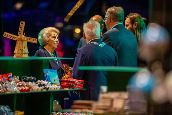 Prinses Beatrix in gesprek met burgemeester Dirk van den Borg (links, met ambtsketen).