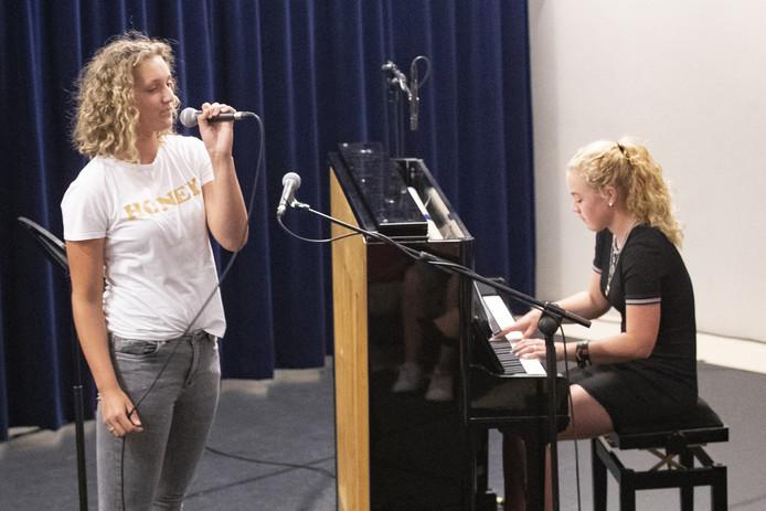 Zangleerlingen en koren van de Muziekschool Rijssen laten horen wat ze het afgelopen jaar hebben geleerd.