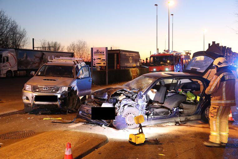 De crash was bijzonder hevig. De bestuurder moest uit zijn wagen bevrijd worden door de brandweer.