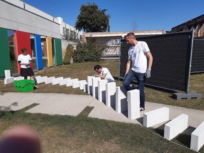 250 vrijwilligers zijn druk in de weer om alle domino's overeind te zetten