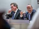 Wethouders René de Heer (links) en William Dogger (rechts) tijdens een urenlang raadsdebat over de illegale bruiloft in Zwolle.