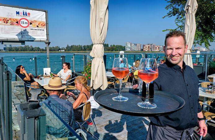 Uitbater Dennis van der Salm van café restaurant Het Bolwerck in Dordrecht wil zijn terras op de Merwekade komende winter onderbrengen in een glazen kas.