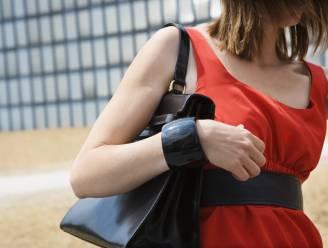 Vrouw wordt in leven gehouden door haar handtas