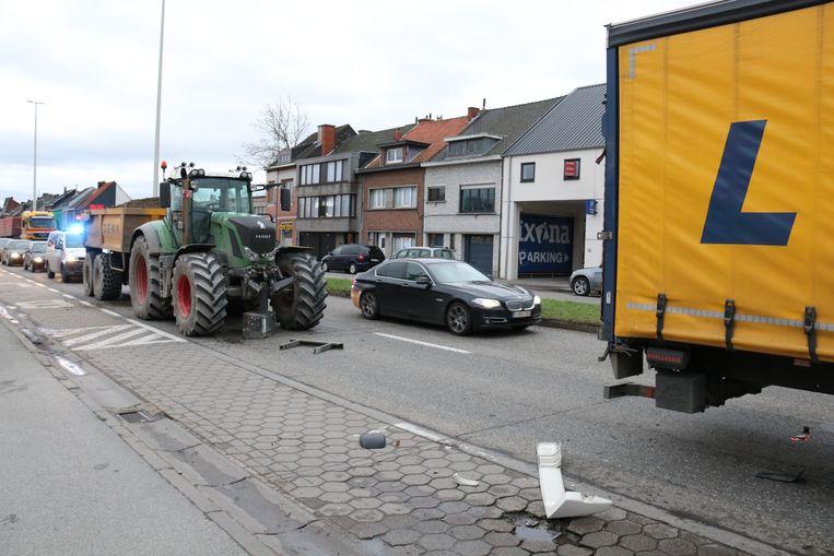 De tractor reed in op de vrachtwagen voor hem.