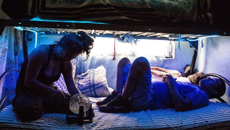 Actrice Mónica del Carmen en wijkbewoner Martín Camarillo tijdens hun scène in het bed van Martin. Beeld Mauricio Palos