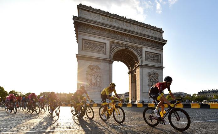 Met Egan Bernal in het geel raast het peloton door Parijs.