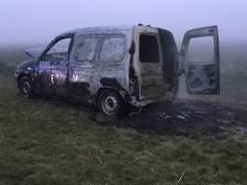 Auto vliegt spontaan in brand langs rondweg Schoondijke