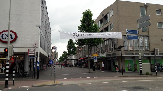 De entree van de Hamburgerstraat, de winkelstraat in Doetinchem.