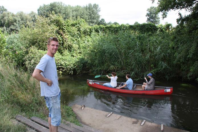 Na 28 kilometer is het waterpeil in de Dommel hoog genoeg voor recreatie. Nick Tonnaer uit Veldhoven begeleidt al zeven jaar kajaktochten. Watertemperatuur: 15 ˚C.