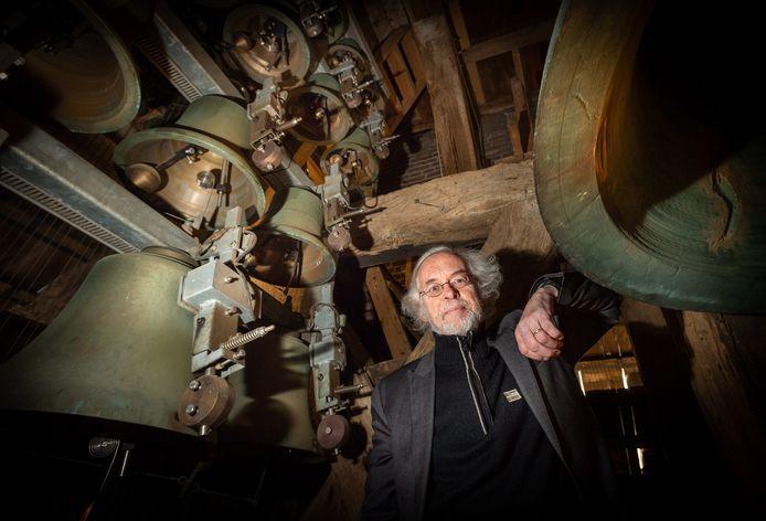 Beiaardier Jan Willem Achterkamp gaat maandelijks het carillon in de Grote Kerk in Epe bespelen. Het carillon telt dertig klokken.