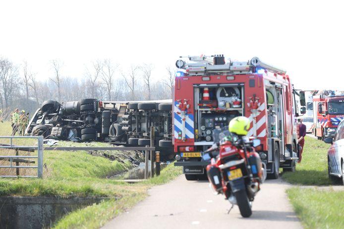 De gekantelde vrachtwagen aan de Woudseweg in De Lier.